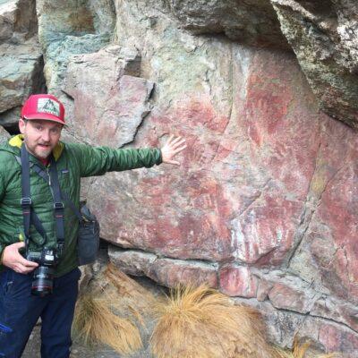 Alero con pinturas pre-tehuelches de manos - Parque Nacional Patagonia Chile.