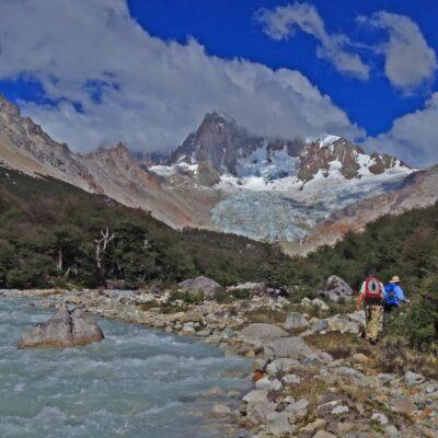 Caminando por la orilla del río San Lorenzo, acompañados por la vista del macizo San Lorenzo frente a nosotros.