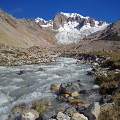 Río San Lorenzo con el macizo de fondo.