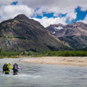 Vadeando el río La Gloria - Valle Hermoso, Parque Nacional Patagonia Chile.
