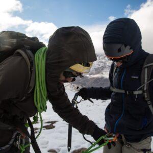 Asegurando la cordada para la travesía sobre el Glaciar Guardaparques.